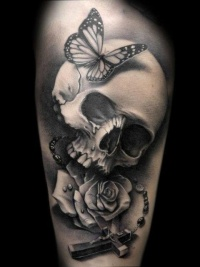 Marvelous skull with roses tattoo